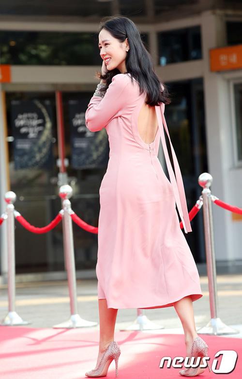Son Ye Jin đẹp dịu dàng, nữ tính với chiếc váy hồng hở lưng khi tham dự sự kiện.