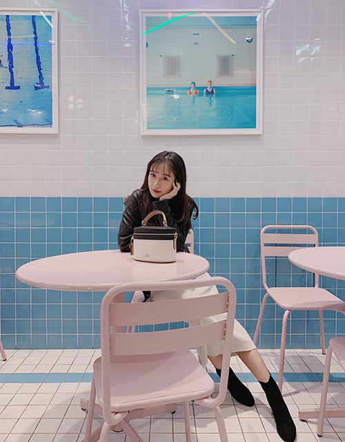Jun Vũ xinh không kém gái Hàn trong quán cà phê ngọt ngào ở Seoul.