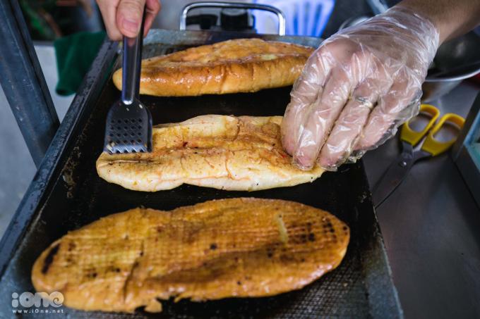 <p> Công đoạn chế biến bánh mì rất đơn giản. Bánh mì nướng vàng giòn trên lửa than hoặc bếp nướng (tùy từng quán) rồi được phủ đều sốt sa tế và muối ớt. Bánh sẽ được ép cho dẹp lại vàlật bánh trên than hồng cho đến khi thật giòn.</p>