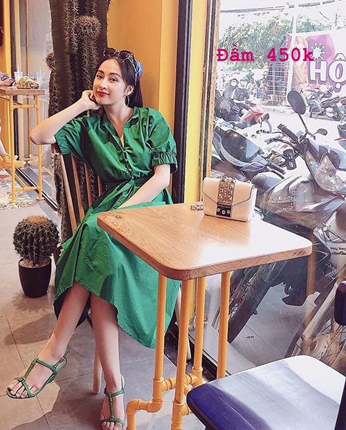 Người đẹp cũng thanh lý nhiều bộ váy đến từ các thương hiệu đồ thiết kế trong nước với kiểu dáng nữ tính, sang chảnh nhưng giá tiền thì khá mềm.