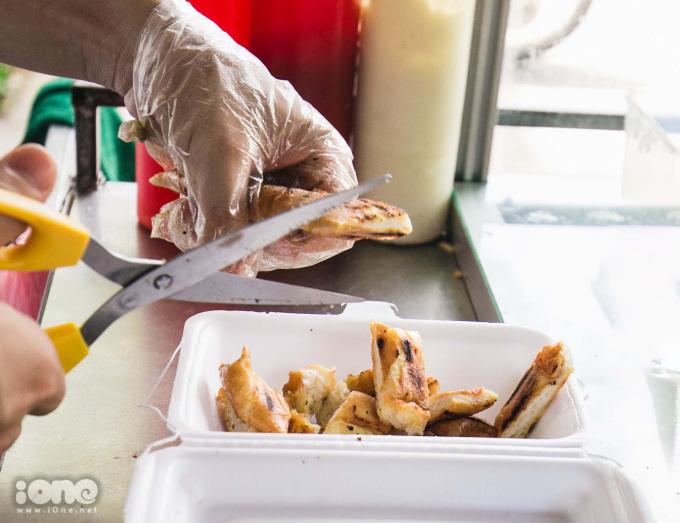 <p> Bánh mì nướng muối ớt được ăn kèm với dưa chuột, một ít bò khô và xúc xích.</p>