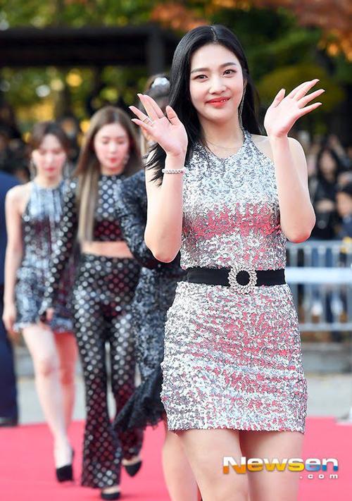 Hàng loạt khán giả cho rằng trang phục stylist chọn cho Red Velvet lần này là quá lố. Ở một sự kiện quan trọng như vậy, việc để các thành viên diện đồ óng ánh kim sa, bộ thì hở chân, bộ lại khoe eo là không phù hợp.