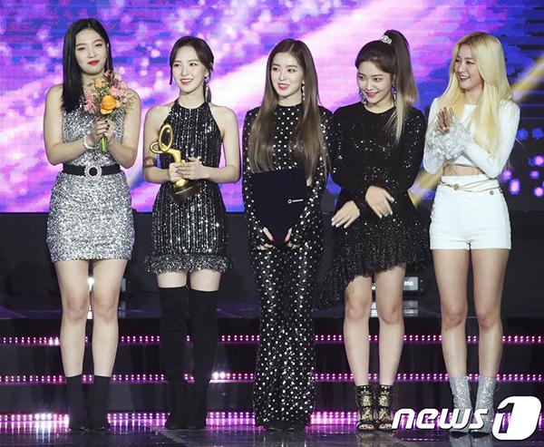 Trang phục gợi cảm được Red Velvet giữ nguyên từ khi lên thảm đỏ cho đến lúc biểu diễn trên sân khấu. Thành viên Seul Gi xuất hiện sau với bộ đồ nổi bật, sexy không kém.