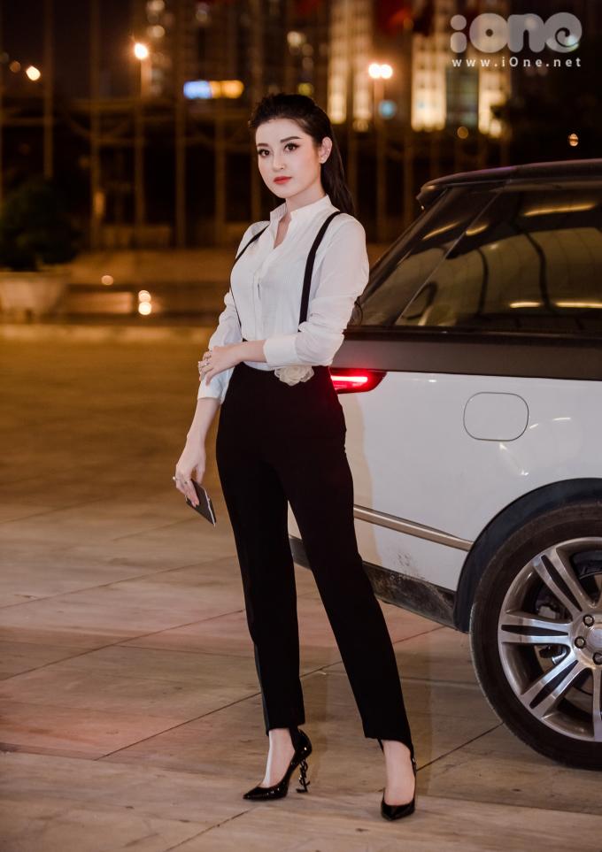 <p> Tối 25/10, khai mạc Vietnam International Fashion Week thu đông 2018 diễn ra tại Hà Nội với sự góp mặt của nhiều tên tuổi trong lĩnh vực thời trang. Á hậu Huyền My đi xế sang đến tham dự sự kiện.</p>