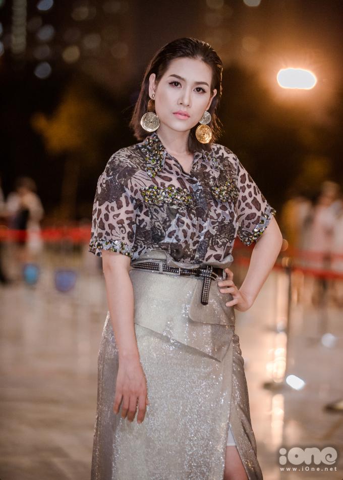 """<p> """"Chị Nguyệt thảo mai"""" Hà Hương ngày càng đắt show sau khi nổi tiếng trở lại với <em>Phía trước là bầu trời</em>. Nữ diễn viên trông trẻ trung với bộ cánh nổi bật.</p>"""