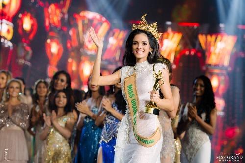 Tối qua (25/10), đêm chung kết Miss Grand International 2018 đã diễn ra tại Myanmar với sự lên ngôi của nhan sắc 24 tuổi đến từ Paraguay - Clara Sosa. Ở thời điểm đăng quang, cô khiến cả khán phòng ngỡ ngàng vì ngất xỉu do quá hồi hộp. Tân Hoa hậu sở hữu chiều cao 1m74, là đầu bếp, MC có tiếng tại quê nhà. Clara được đánh giá cao nhờ nhan sắc vượt trội, khả năng ứng xử thông minh, kỹ năng trình diễn chuyên nghiệp. Bên cạnh đó, cô còn nói thành thạo 3 ngôn ngữ: Tây Ban Nha, Guarani và tiếng Anh.