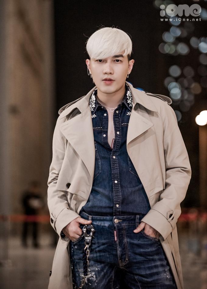 <p> Stylist Lê Minh Ngọc đổi mới diện mạo khi nhuộm tóc bạc trắng. Với cách layer độc đáo cùng cây denim và trench coat, anh được tạp chí Harper's Bazaar trao giải một trong hai khách mời mặc đẹp nhất đêm tiệc.</p>