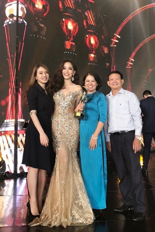 Gia đình Phương Nga có mặt tại Myanmar nhiều ngày trước đêm chung kết để cổ vũ, động viên tinh thần con gái lần đầu thi thố nhan sắc quốc tế.