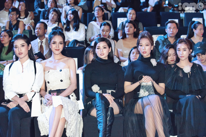 <p> Huyền My - Hoàng Anh - Tâm Tít - Min - Salim đọ sắc với trang phục đen trắng trên hàng ghế đầu.</p>