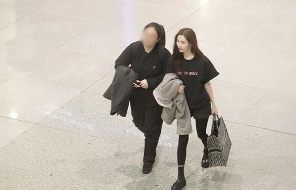 Sunmi đến Việt Nam để tham dự sự kiện âm nhạc Việt - Hàn tối 26/10. Trưa cùng ngày cô đáp chuyến bay đến TP HCM.