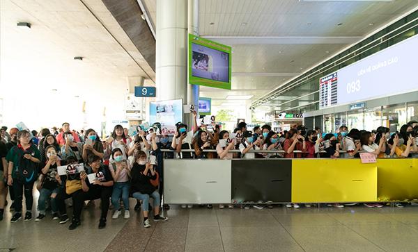 Hàng trăm fan đã túc trực từ trưa tại sân bay Tân Sơn Nhất để chào đón cô.