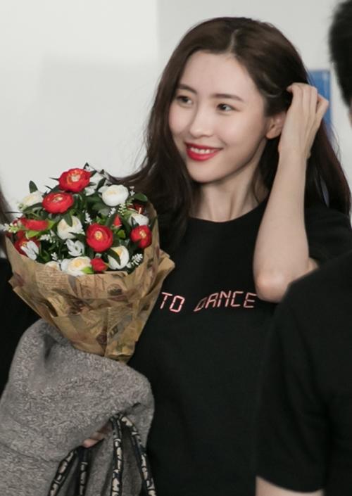 Vẻ đẹp của nữ hoàng sexy thế hệ mới của Kpop. Cô diện bộ cánh đơn giản khoe vẻ tươi trẻ.