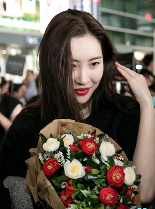 Lần đầu tiên đến Việt Nam, Sunmi không giấu được sự phấn khích. Ngoài biểu diễn, cô sẽ gặp gỡ và ký tặng cho 30 fan may mắn nhất.