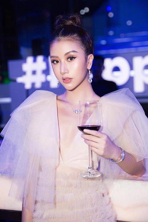 Ngay cả Quỳnh Anh Shyn dù không thuộc team ngực khủng nhưng cũng chẳng ngại ngần diện váy khoét cổ sâu gần đến rốn, tự tin bỏ quên nội y ở nhà.