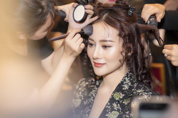 Trong đêm thứ hai của Vietnam International Fashion Week thu đông 2018, nữ diễn viên Phương Oanh nhận lời trình diễncho một thương hiệu thời trang. Trước đây, Quỳnh Búp bê từng có thời gian theo đuổi công việc người mẫu. Tuy nhiên từ năm 2013 đến nay, cô gần như rời xa sàn diễn, tập trung cho sự nghiệp điện ảnh. Việc tái xuất với sàn catwalk sau 5năm khiến Phương Oanh không giấu được sự hồi hộp trước giờ bắt đầu.