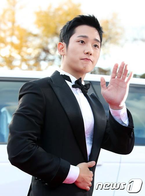Jung Hae In gây sốt với ngoại hình bảnh báo tại lễ trao giải The Seoul Awards 2018. Nam diễn viên không đi cùng bạn diễn Son Ye Jin.