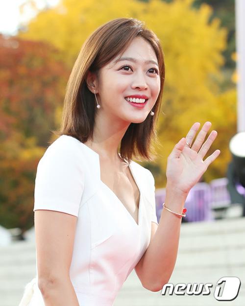 Jo Bo Ah rạng rỡ với tông son đỏ.