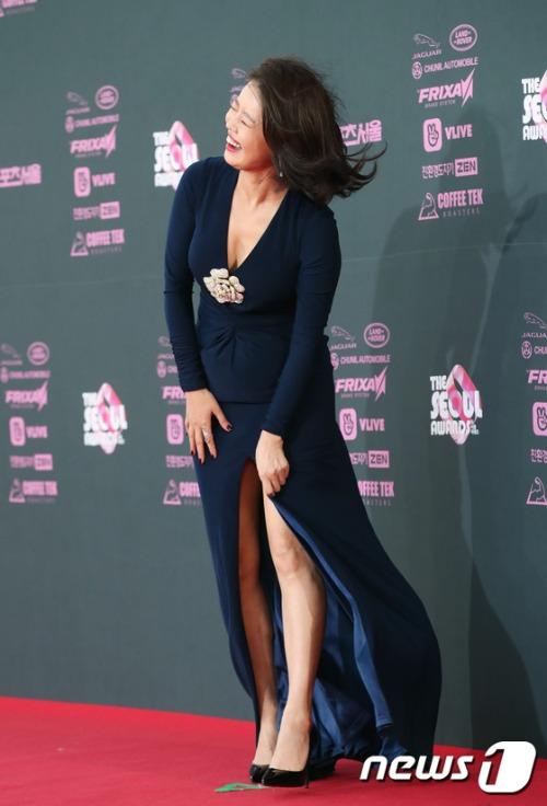 Kim Yeo Jin rơi vào tình huống khó xử khi bị gió thổi tung tà váy. Ngôi sao lúng túng vừa tạo dáng, vừa giữ váy.