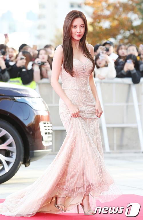 Nữ ca sĩ, diễn viên chọn mẫu váy cưới hai dây khoe vòng một căng đầy.