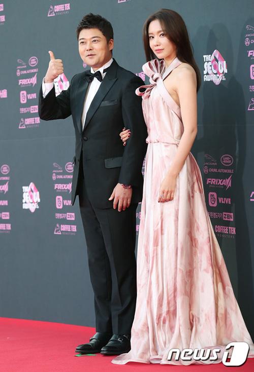 Nữ diễn viên Sắc đẹp ngàn cân cùng Jun Hyun Moo là MC của sự kiện trao giảitruyền hình danh tiếng.