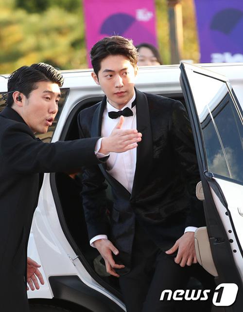 Nam Joo Hyuk xuống xe cũng đẹp xuất sắc, thần thái như đóng phim.