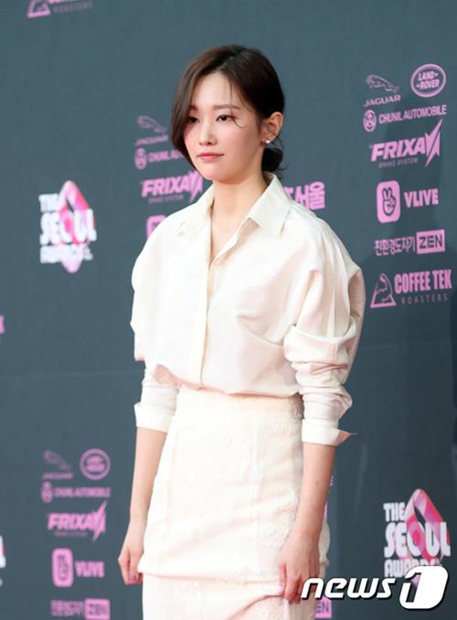 Tân binh Jeong Jong Seo vẫn giữ thái độ, hiếm khi cười khi bước lên thảm đỏ. Trước đó, nữ diễn viên gây phản cảm khi tỏ thái độ khó chịu, che mặt khi ra sân bay.