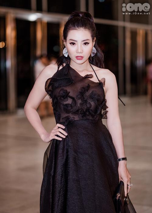 Diễn viên Thanh Hương đến ủng hộ cô em thân thiết Phương Oanh. Diện chiếc váy xuyên thấu với mái tóc buộc cao, Lan Cave trông rất tươi trẻ.