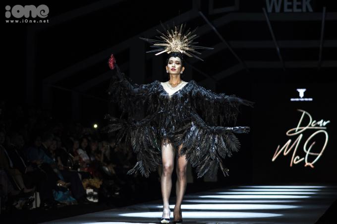 <p> Tối 27/10, tại đêm cuối của Vietnam International Fashion Week - Tuần lễ thời trang quốc tế Việt Nam thu đông 2018, BB Trần gây bất ngờ khi xuất hiện với vai trò first face cho bộ sưu tập của NTK Nguyễn Tiến Truyển.</p>