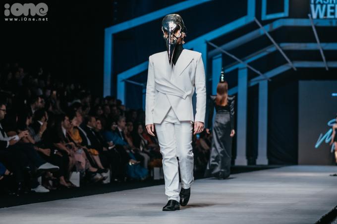 <p> Thiết kế của Nguyễn Tiến Truyển bao trùm bởi hai tông màu đen, trắng. Các người mẫu phải đội mũ mỏ diều hâu, chân đi giày cao 25 cm đính lông vũ... kết hợp cùng những cách thức trình diễn hoa mỹ.</p>