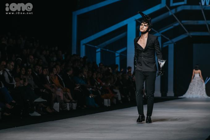 """<p> Bộ sưu tập của NTK Nguyễn Tiến Truyển có tên """"Dear McQueen"""", lấy cảm hứng từ những thiết kế mang đậm tính gothic dị biệt của nhà thiết kế tài hoa bạc mệnh Alexander McQueen. Khác với quy cách trình diễn thời trang thông thường, Nguyễn Tiến Truyển tạo điểm nhấn bằng cách để các người mẫu catwalk theo những style khác biệt.</p>"""