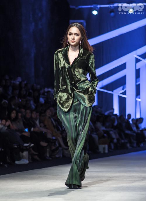 Để diện được bộ cánh khá rộng dài này, Hương Giang phải đi đôi giày gót cao 20 cm. Vốn là bậc thầy đi giày cao gót nên cô nàng không gặp khó khăn khi di chuyển, catwalk rất duyên dáng và tự tin.