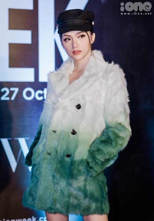Trước khi xuất hiện trên sàn diễn, Hương Giang thành tâm điểm thảm đỏ với diện mạo kiêu satrong chiếc áo lông ombre bắt mắt.