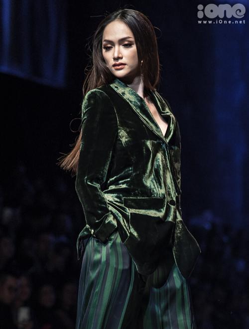 Đây là lần tái xuất với sàn diễn của Hương Giang sau 4 tháng vắng bóng. Trước đó, người đẹp từng lỡ dịp làm vedette trong show củaNTK Hà Duy.