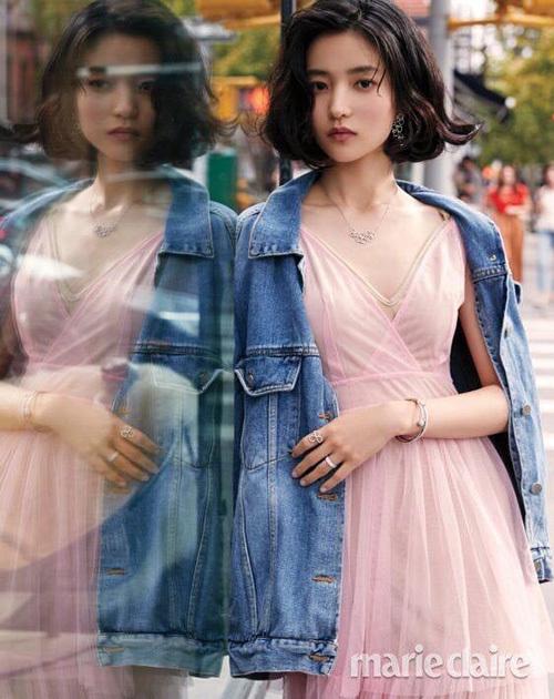 Ngôi sao biến hóa đa dạng trên tạp chí. Khi không cười, Kim Tae Ri có khí chất lạnh lùng, chuẩn girlcrush. Ngôi sao thay đổi hình tượng mong manh thường thấy để hướng tới vẻ đẹp cá tính, sang chảnh hơn.