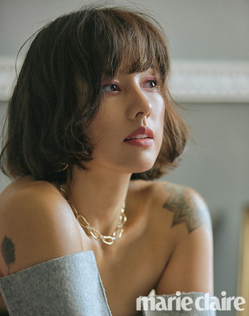 Netizen Hàn nhận xét Lee Hyori giống như một tờ giấy trắng, có thể biến hóa với mọi phong cách. Kiểu tóc ngắn, xoăn rối giúp ngôi sao có hình ảnh quyến rũ, đầy nữ tính.