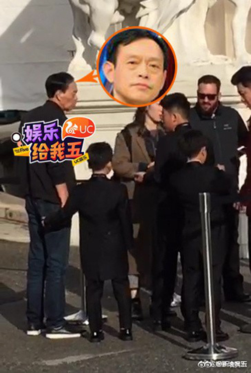 Bố của Đường Yên có mặt trước giờ cử hành hôn lễ, dắt tay hoa đồng.