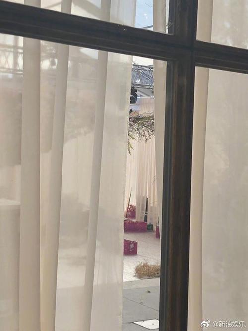 An ninh đám cưới được bảo vệ nghiêm ngặt nên phóng viên phải tiếp cận từ xa.