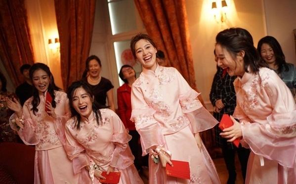 Nghi thức cưới truyền thống diễn ra sôi nổi, náo nhiệt trước khi hôn lễ chính thức diễn ra ở lễ đường.