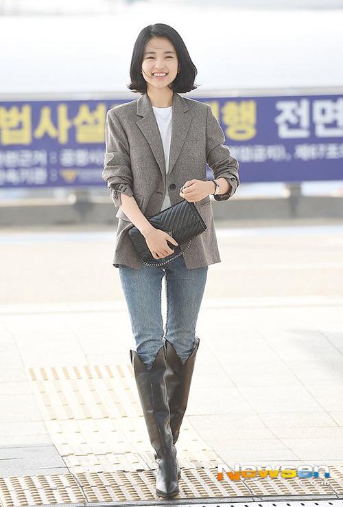 Kim Tae Ri lọt top tìm kiếm khi ra sân bay với mái tóc ngắn khác lạ. Đây là lần đầu nữ diễn viên xuống tóc kể từ khi debut.