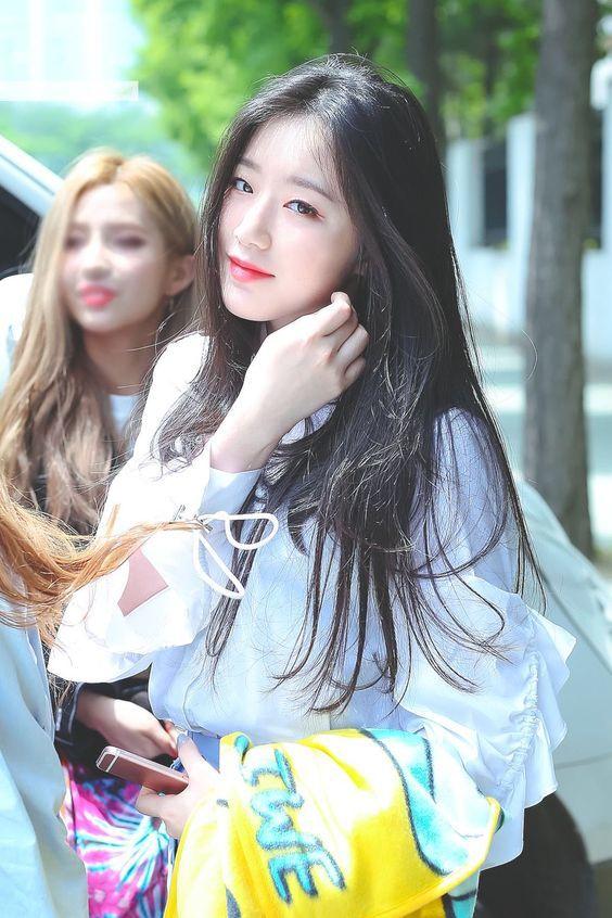 <p> Nhan sắc của Shuhua được đánh giá cao nhưng khả năng tiếng Hàn còn hạn chế. Trong ca khúc debut, nữ ca sĩ chỉ được hát một câu, thường bị xếp nhảy ở phía sau.</p>