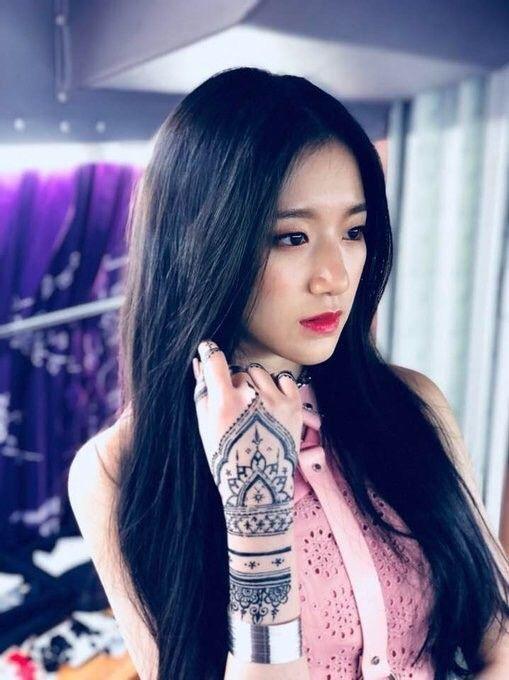 <p> Shuhua được ca ngợi là có khí chất tiểu thư, rất ăn hình khi lên phim. Nếu hoạt động ở Trung Quốc, nữ ca sĩ sẽ có nhiều cơ hội hơn.</p>