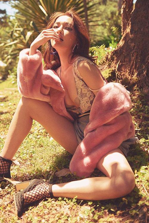 Nhiều người hâm mộ lo lắng khi Bích Phương chuyển sang hình tượng sexy, cô sẽ bị chìm lẫn giữa dàn mỹ nhân với cuộc đua hở bạo, làm mất đi nét duyên dáng, cá tính vốn có.