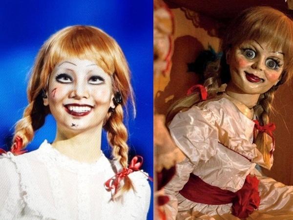 Da Hyun khiến các fan giật mình sợ hãi khi trợn mắt diễn sâu trong tạo hình búp bê ma Annabelle. Cách hóa trang giống đến từng chi tiết và biểu cảm chuẩn của cô nàng tạo cảm giác rờn rợn như Annabelle thật.
