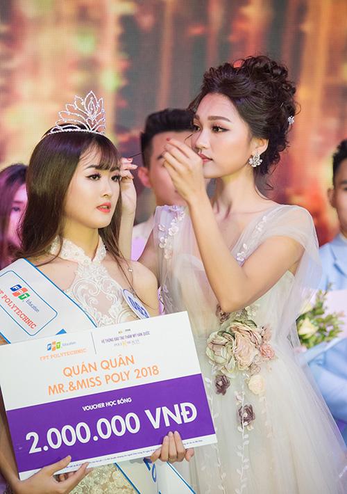 Ngọc Nữ tháo kẹp tóc để đội vương miện cho tân Hoa khôi - 3