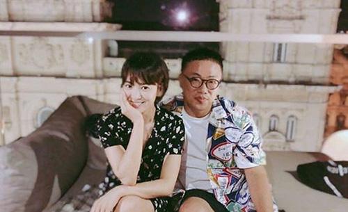 Song Hye Kyo chụp ảnh với bạn diễn. Ngôi sao có vẻ ngoại trẻ trung, không có cách biệt quá xa khi hợp tác với Park Bo Gum.