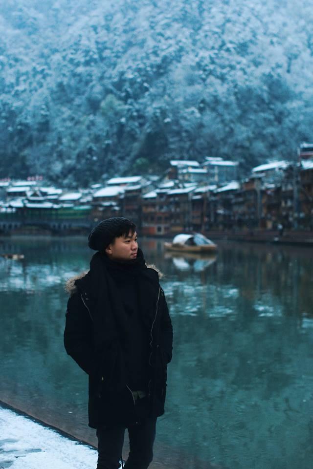 <p> Nguyễn Thiện Chí sinh năm 1988 là nhiếp ảnh gia tự do. Đây không còn là cái tên xa lạ đối với giới trẻ, đặc biệt là cộng đồng du lịch bởi những bộ ảnh do anh thực hiện đều để lại ấn tượng mạnh mẽ.</p>