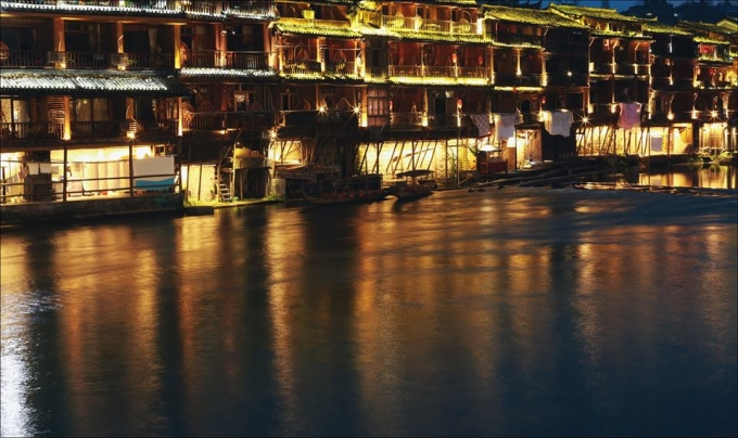 <p> Khung cảnh Phượng Hoàng cổ trấn về đêm.</p> <p> Bộ ảnh của Nguyễn Thiện Chí đã thu về hơn 2.000 lượt like và gần 800 lượt chia sẻ.</p>