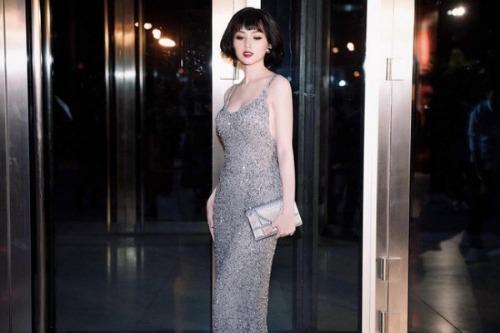 Cô kết hợp mẫu đầm sexy của một thương hiệu Việt cùng mẫu túi Diorama - item hot trend được nhiều sao Việt yêu thích.