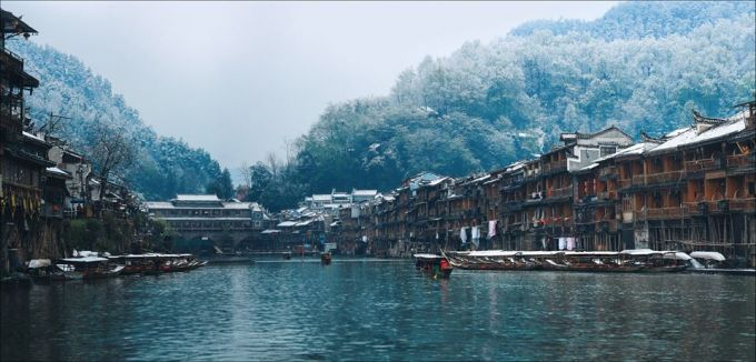 <p> Bằng góc nhìn của một nhiếp ảnh gia, trong cuộc hành trình tìm đến với Phượng Hoàng cổ trấn, Thiện Chí như đưa người xem vào bộ phim cổ trang Trung Quốc ngày xưa - nơi có những con sông dài với ngôi nhà cổ hai bên, hay một ai đó chèo thuyền giữa dòng sông trong làn sương mờ ảo.</p>
