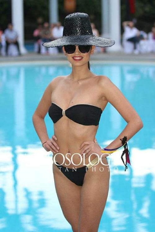 Celeste Cortesi - đại diện Philippines là ứng cử viên nặng ký cho vương miện Hoa hậu Trái đất năm nay. Không chỉ có thân hình gợi cảm, cô còn sở hữu khả năng catwalk thượng thừa cùng học vấn khủng.